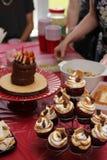 La gente alcanza para el comida para comer con los dedos en una celebraci?n del partido fotografía de archivo libre de regalías