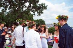 La gente alegre celebra la tarde del pleno verano Fotografía de archivo libre de regalías