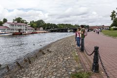 La gente alimenta le anatre del fiume sull'isola della lepre a St Petersburg immagini stock libere da diritti