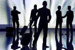 La gente all'aeroporto con bagagli Fotografie Stock Libere da Diritti
