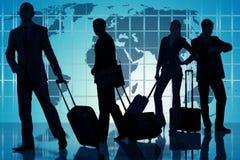 La gente all'aeroporto con bagagli Immagine Stock Libera da Diritti