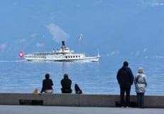 La gente all'argine sul lago Lemano a Losanna con crociera fotografie stock libere da diritti
