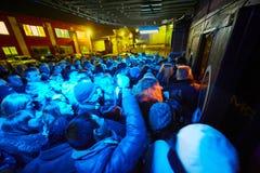 La gente all'entrata del teatro di varietà di Arma Fotografia Stock Libera da Diritti