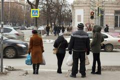 La gente all'strade trasversali fotografie stock libere da diritti