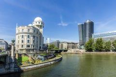 La gente all'urania famosa a Vienna Fotografia Stock Libera da Diritti