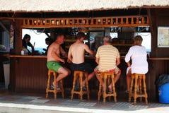 La gente alla barra della spiaggia, Estepona Fotografia Stock