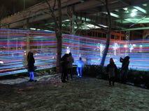 La gente alla mostra del nastro di incandescenza di Georgetown alla notte Fotografie Stock