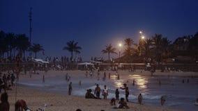 La gente alla notte sulla spiaggia di Ipanema Fotografia Stock