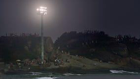 La gente alla notte sulla spiaggia di Ipanema Fotografie Stock