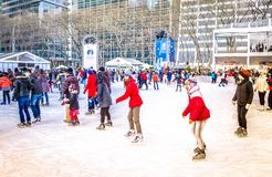 La gente alla pista di pattinaggio al parco di Bryant sulla città Manhattan, NYC, U.S.A. di Natale fotografie stock