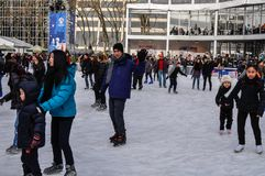 La gente alla pista di pattinaggio al parco di Bryant sulla città Manhattan, NYC, U.S.A. di Natale fotografie stock libere da diritti