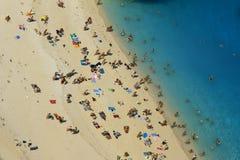 La gente alla spiaggia del naufragio all'isola della Zacinto Fotografia Stock Libera da Diritti