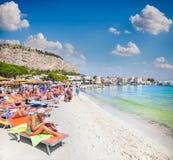 La gente alla spiaggia di Mondello sulla Sicilia Fotografia Stock