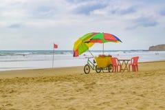La gente alla spiaggia Ecuador di Montanita Immagini Stock