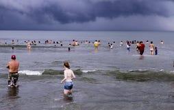 La gente alla spiaggia messicana nell'Oceano Pacifico Fotografia Stock Libera da Diritti