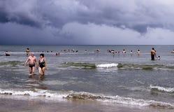 La gente alla spiaggia messicana nell'Oceano Pacifico Fotografie Stock