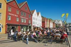 La gente almuerza en los restaurantes de la calle en Bruggen en Bergen, Noruega Imagenes de archivo