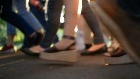 La gente ammucchia il festival di camminata archivi video
