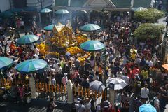 La gente ammucchiata adora a Brahma al distretto di Ratchaprasong, Bangkok, Tailandia il 1° gennaio 2018 Fotografia Stock