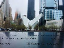 La gente ammucchiata di insieme del memoriale e del museo al 9/11 all'interno delle orme delle torri gemelle originali fotografia stock
