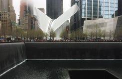 La gente ammucchiata di insieme del memoriale e del museo al 9/11 all'interno delle orme delle torri gemelle originali immagine stock libera da diritti