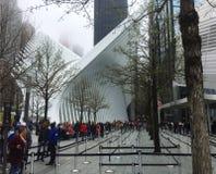 La gente ammucchiata di insieme del memoriale e del museo al 9/11 all'interno delle orme delle torri gemelle originali immagini stock libere da diritti