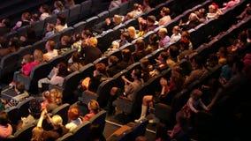 La gente anónima aplaude en el funcionamiento de teatro. almacen de metraje de vídeo