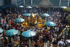La gente apretada adora a Brahma en el distrito de Ratchaprasong, Bangkok, Tailandia el 1 de enero de 2018 fotos de archivo