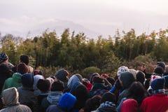 La gente apretada está esperando la primera luz en el amanecer del día del ` s del Año Nuevo con los árboles en fondo en Tiger Hi Imagen de archivo