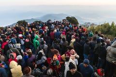 La gente apretada está esperando la primera luz en el amanecer del día del ` s del Año Nuevo con la montaña y la niebla en fondo  Imágenes de archivo libres de regalías
