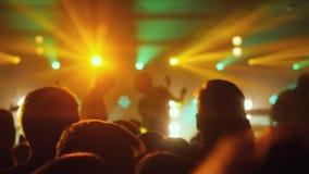 La gente aprieta ir de fiesta en el concierto de rock en un club de noche Foto de archivo