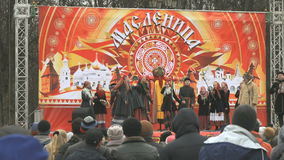 La gente ascolta il canto della squadra nazionale russa video d archivio
