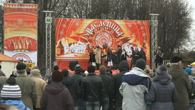 La gente ascolta il canto della squadra nazionale russa stock footage