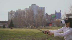 La gente asiática corta el aire por katana Lucha coreana de la muchacha con el vr Hd de la realidad virtual almacen de metraje de vídeo