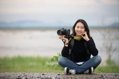 La gente asiática de las mujeres jovenes que camina con los amigos hace excursionismo t que camina fotografía de archivo