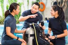 La gente in una scuola di immersione subacquea immagini stock libere da diritti