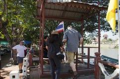 La gente asiatica ed il viaggiatore straniero utilizzano la cabina di funivia attraverso il Chao Phraya Fotografia Stock