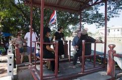 La gente asiatica ed il viaggiatore straniero utilizzano la cabina di funivia attraverso il Chao Phraya Fotografia Stock Libera da Diritti