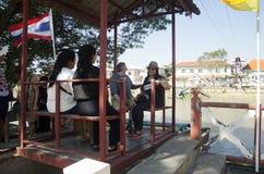 La gente asiatica ed il viaggiatore straniero utilizzano la cabina di funivia attraverso il Chao Phraya Immagine Stock Libera da Diritti