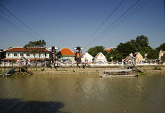 La gente asiatica ed il viaggiatore straniero utilizzano la cabina di funivia attraverso il Chao Phraya Immagini Stock