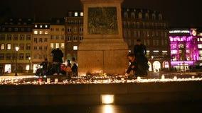 La gente asiste a una vigilia y a velas de la luz