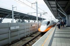 La gente aspetta la ferrovia ad alta velocità Tainan di Taiwan Fotografie Stock