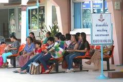 La gente aspetta nella zona dei monaci alla stazione ferroviaria Immagini Stock