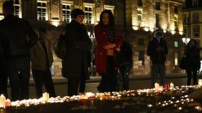 La gente assiste ad una veglia ed alle candele della luce video d archivio