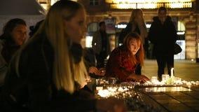 La gente assiste ad una veglia ed alle candele della luce stock footage