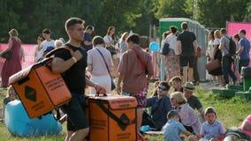 """La gente assiste al concerto all'aperto a jazz di Jazz Festival internazionale """"Usadba nel parco di Kolomenskoe stock footage"""