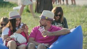 """La gente assiste al concerto all'aperto a jazz di Jazz Festival internazionale """"Usadba nel parco di Kolomenskoe video d archivio"""
