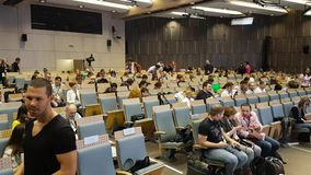 La gente assiste al congreso de negocios almacen de video