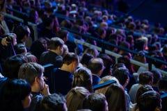 La gente assiste al congreso de negocios en pasillo del congreso imágenes de archivo libres de regalías