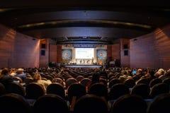 La gente assiste a conferencia del blockchain en pasillo del congreso fotos de archivo libres de regalías